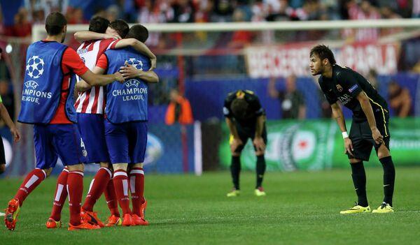 Футболисты Атлетико радуются победе над Барселоной в четвертьфинале Лиги чемпионов