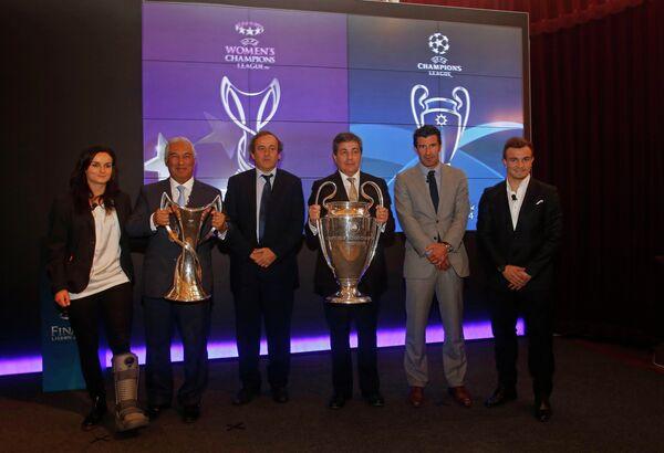Президент УЕФА Платини передал кубок Лиги чемпионов мэру Лиссабона