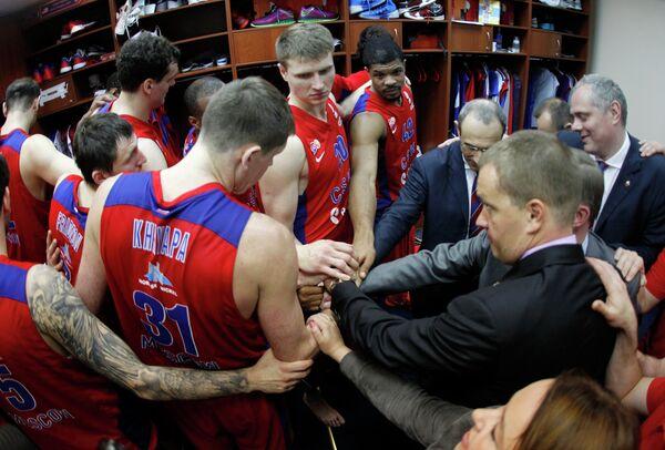Президент ПБК ЦСКА Андрей Ватутин (справа) и игроки армейцев в раздевалке