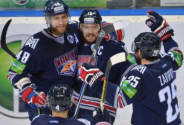 Игроки ХК Металлург Евгений Бирюков, Сергей Мозякин и Данис Зарипов (слева направо)