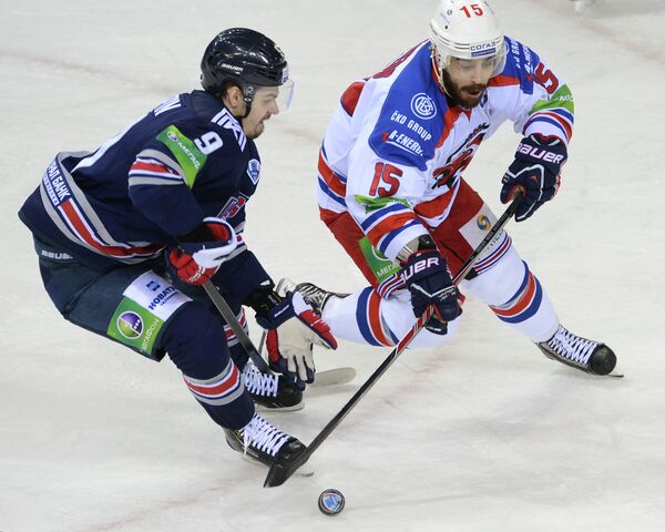 Игрок Металлурга Виктор Антипин (слева) и игрок Льва Джастин Азеведу