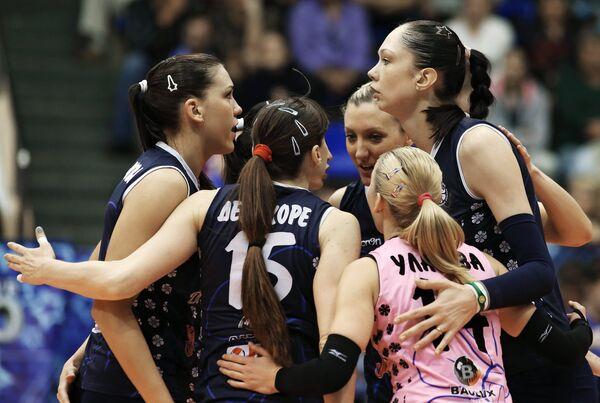 Волейболистки Динамо-Казань Екатерина Гамова, Екатерина Уланова и Антонелла Дель Коре (справа налево)