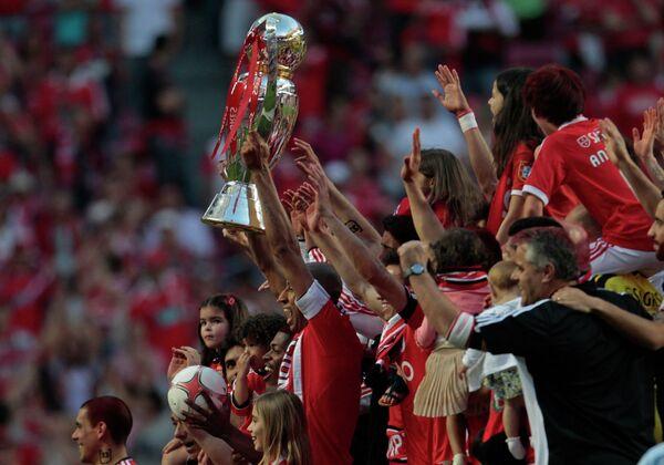 Футболисты Бенфики празднуют чемпионство.