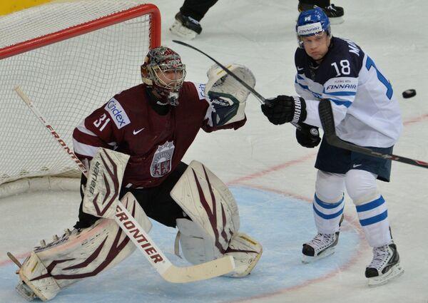 Вратарь сборной Латвии Эдгарс Масальскис (слева) и форвард сборной Финляндии Туукка Мянтюля