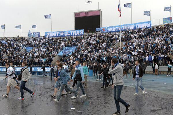 Болельщики ФК Зенит выходят на поле во время матча 29-го тура чемпионата России по футболу Зенит - Динамо