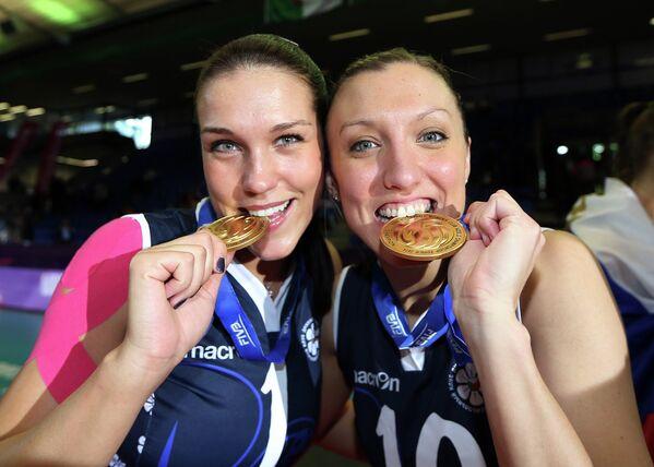 Волейболистки казанского Динамо Мария Бородакова (слева) и Джордан Ларсон