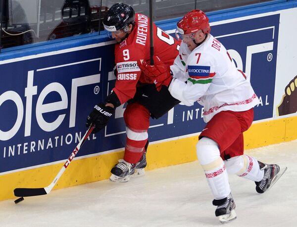 Нападающий сборной Швейцарии Томас Рюфенахт (слева) и защитник сборной Белоруссии Владимир Денисов