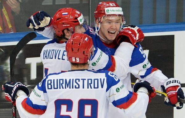Хоккеисты сборной России Егор Яковлев, Александр Бурмистров и Евгений Кузнецов (слева направо) радуются забитому голу