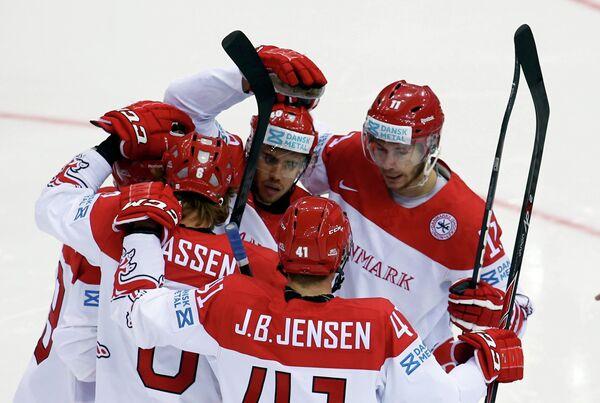 Хоккеисты сборной Дании радуются забитой шайбе Йеспера Йенсена (в центре)