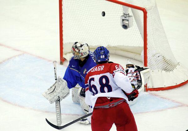 Нападающий сборной Чехии Яромир Ягр забрасывает шайбу в ворота итальянских хоккеистов
