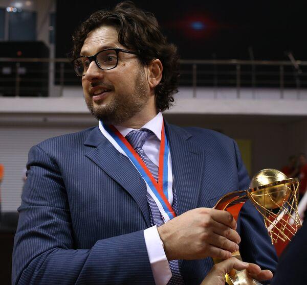 Главный тренер БК УНИКС Андреа Тринкьери с Кубком России 2013/2014