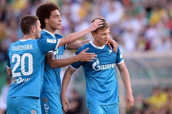 Полузащитник Зенита Олег Шатов (справа) радуется забитому голу в матче 30-го тура чемпионата России по футболу