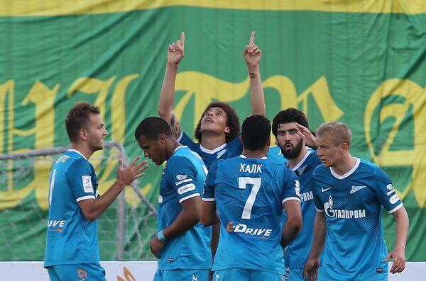 Футболисты Зенита радуются забитому голу в матче 30-го тура чемпионата России по футболу