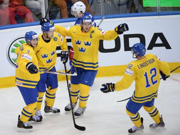 Хоккеисты сборной Швеции радуются забитому голу