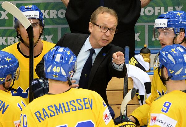 Главный тренер сборной Швеции Пер Мортс (в центре) дает указания игрокам