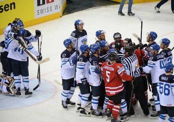 Хоккеисты сборной Финляндии радуются победе в четвертьфинальном матче чемпионата мира по хоккею