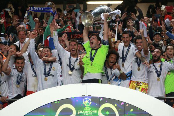 Футболисты Реала на церемонии награждения после победы в Лиге чемпионов
