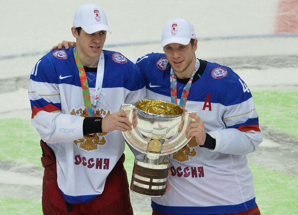 На фото: форварды сборной России Евгений Малкин (слева) и Николай Кулемин