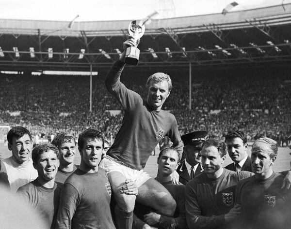 Футболисты сборной Англии, в центре капитан команды Бобби Мур, 1966 год