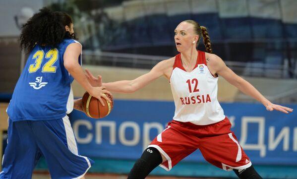 На фото: баскетболистка сборной Швеции Аманда Захаи (слева) и форвард сборной России Ирина Осипова
