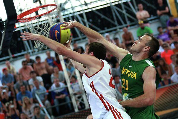 Игрок сборной России Александр Павлов и игрок сборной Литвы Виталий Лукша