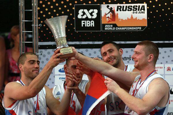 Игроки сборной Сербии, занявшие второе место на чемпионате мира по баскетболу 3х3 среди мужчин, во время церемонии награждения.