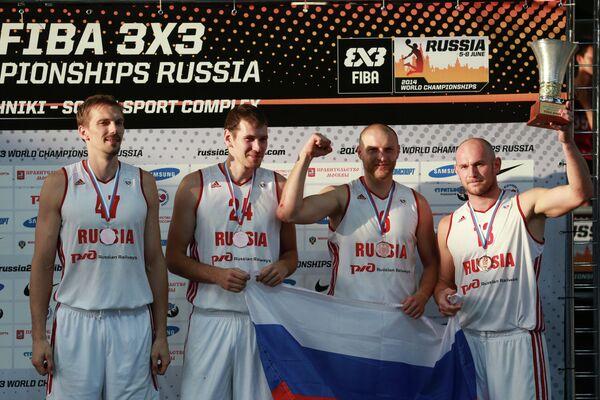 Игроки сборной России, занявшие третье место на чемпионате мира по баскетболу 3х3 среди мужчин, во время церемонии награждения.