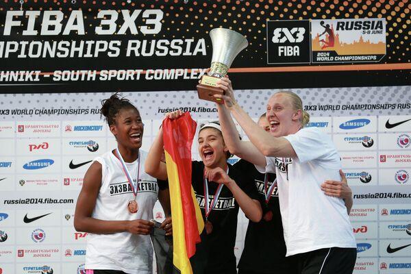 Игроки сборной Бельгии, занявшие третье место на чемпионате мира по баскетболу 3х3 среди женщин, во время церемонии награждения.