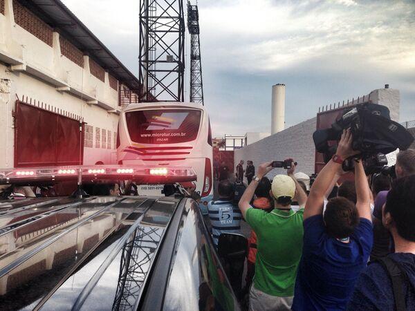 Приезд автобуса сборной России на базу в Иту