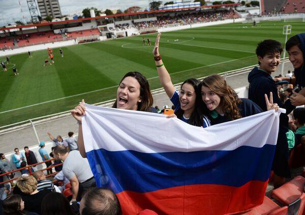 Болельщики во время тренировки сборной России по футболу на стадионе Новелли Жуниор
