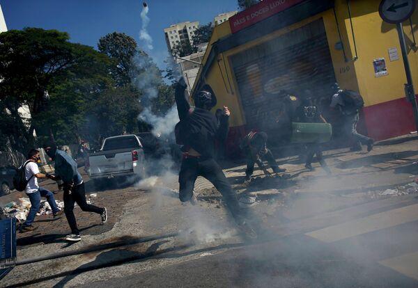 Столкновения манифестантов с полицией в бразильском городе Сан-Паулу