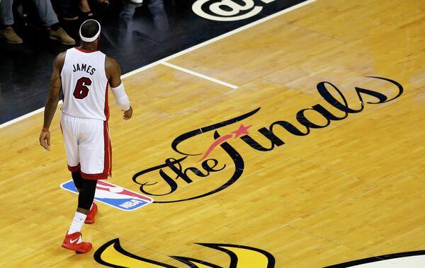 Форвард Майами Леброн Джеймс идет по паркету после поражения в четвертом матче финальной серии плей-офф НБА