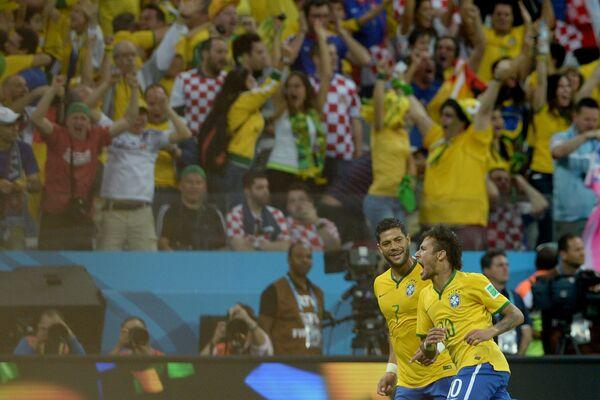 Форварды сборной Бразилии Халк и Неймар радуются забитому гол
