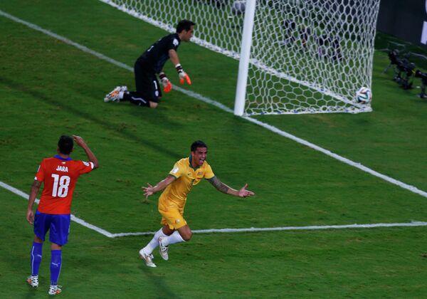 Тим Кэхилл (справа) празднует гол в ворота чилийцев