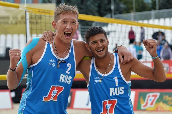Игроки сборной России по пляжному волейболу Константин Семенов (слева) и Вячеслав Красильников