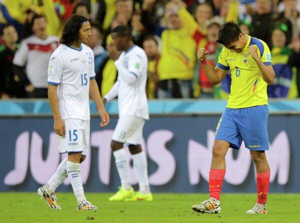 Полузащитник сборной Эквадора Кристиан Нобоа (справа) радуется победе в матче со сборной Гондураса