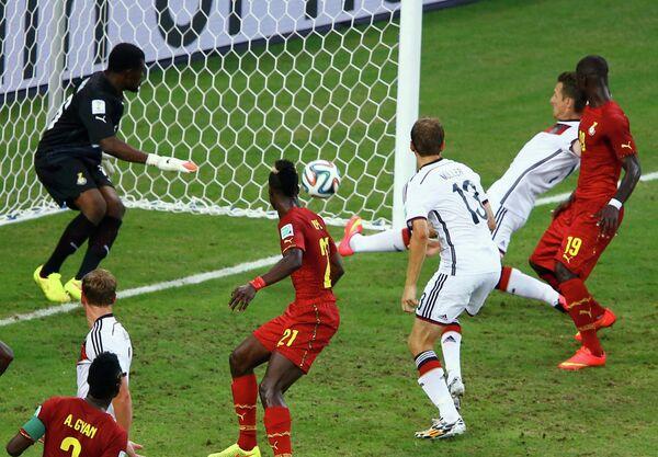 Мирослав Клозе (второй справа) сравнивает счет в матче Германия - Гана