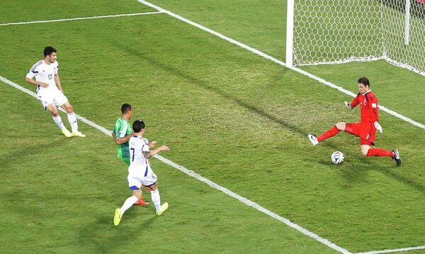 Питер Одемвингие (второй слева) забивает гол в ворота сборной Боснии