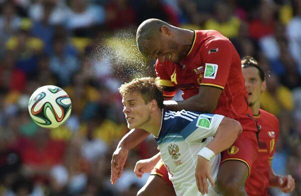 Нападающий сборной России Александр Кокорин (слева) и защитник сборной Бельгии Венсан Компани