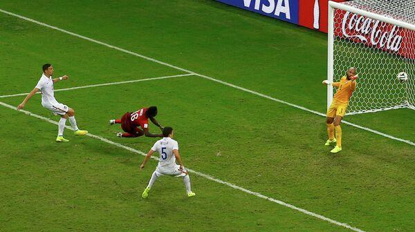 Полузащитник Португалии Варела забивает гол на последней минуте матча.