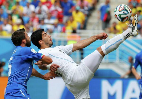 Игровой момент матча Италия-Уругвай