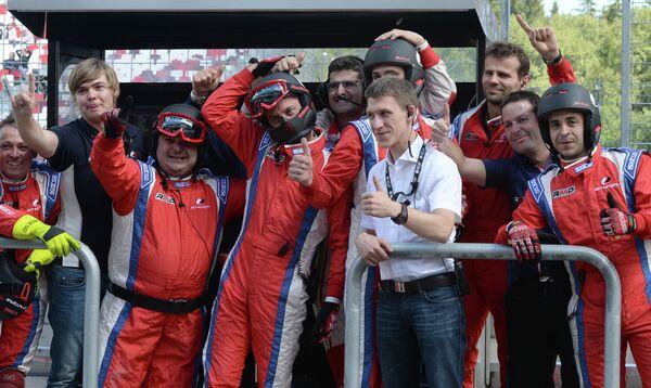 Российская команда Zeta Corse радуется победе во второй гонке Формула-Renault 3.5