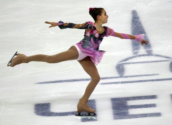 Аделина Сотникова выступает в короткой программе на чемпионате России по фигурному катанию. 2009 год.
