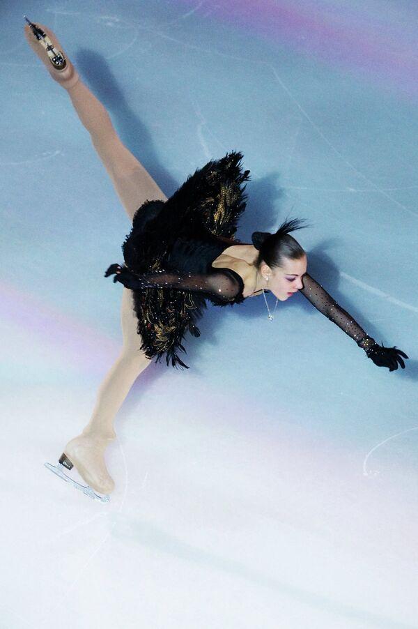 Аделина Сотникова принимает участие в показательных выступлениях на чемпионате мира - 2011 по фигурному катанию в Москве