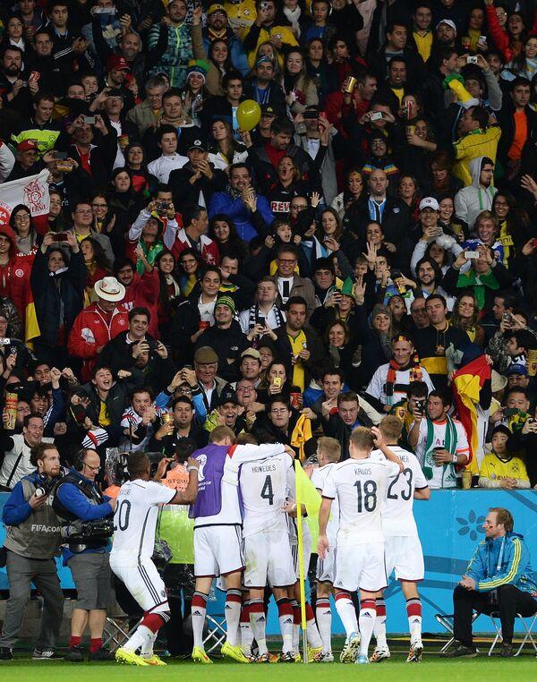 Футболисты сборной Германии Жером Боатенг, Бенедикт Хеведес, Тони Кроос и Кристоф Крамер (слева направо) радуются победе.