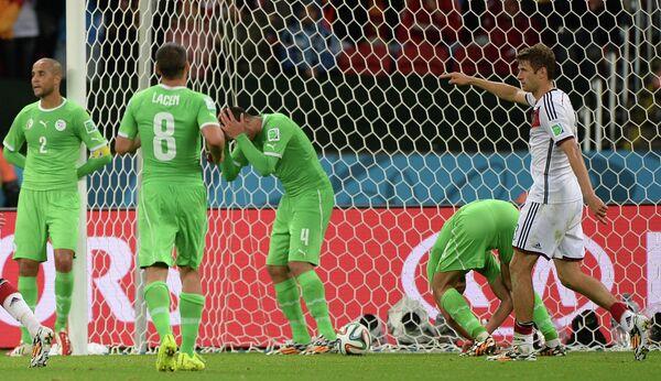Игроки сборной Алжира Маджид Бугерра, Мехди Ласен, Эссаид Белькалем и игрок сборной Германии Томас Мюллер