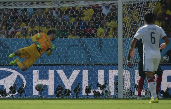 Вратарь сборной Франции Юго Льорис (слева) пропускает гол в матче 1/4 финала чемпионата мира по футболу 2014 Франция - Германия