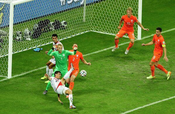 Защитник сборной Коста-Рики Джонни Акоста (слева) атакует ворота сборной Голландии