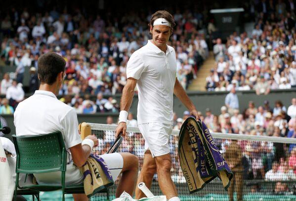 Роджер Федерер (Справа) смотрит на Новака Джоковича в финальном матче Уимблдона