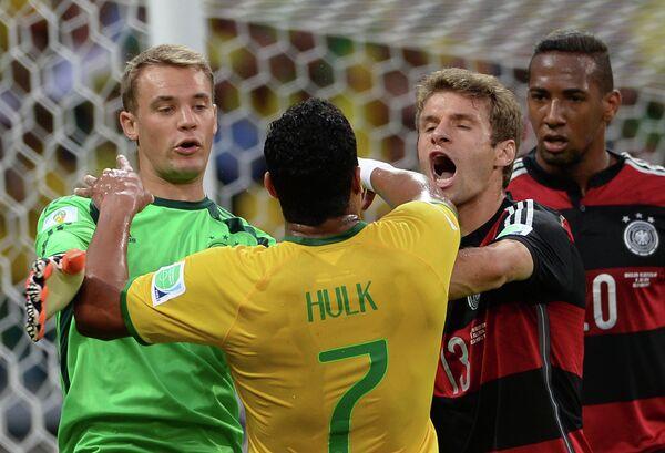 Вратарь сборной Германии Мануэль Нойер, форвард сборной Бразилии Халк и игроки сборной Германии Томас Мюллер, Жером Боатенг (слева направо).